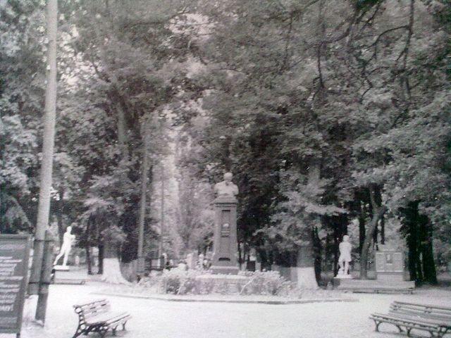 Парк імені Шевченка (нині на місці пам'ятника клумба)