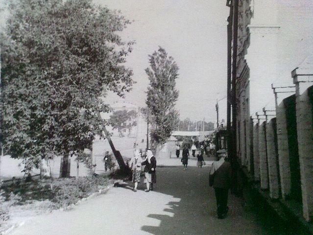 Перехрестя вулиць Шевченка та Черкаської (зараз тут продають квіти)