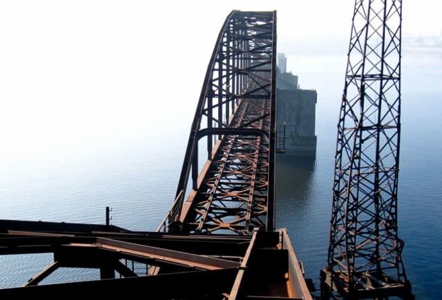 Напівзруйнований залізничний міст у Каневі