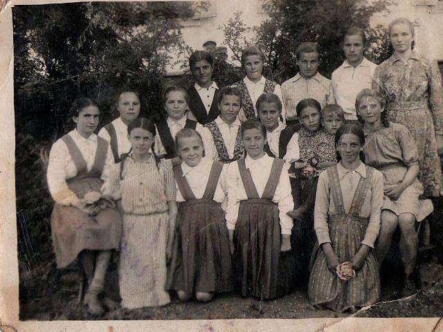 Випускники місцевої школи, 1952 рік
